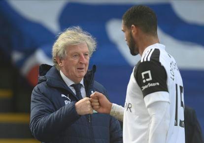 Hodgson felicita a Loftus-Cheek durante un Palace-Fulham en Londres.