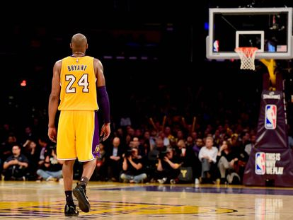 Kobe Bryant intenta anotar frente a los Boston Celtics.