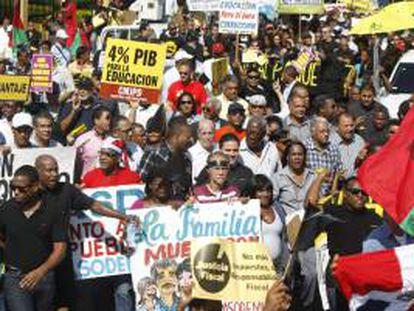 Cientos de manifestantes marchan hacia el Congreso Nacional en protesta contra la reforma fiscal en Santo Domingo (República Dominicana).