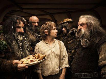 Un fotograma de 'El hobbit, un viaje inesperado', de Peter Jackson, con Martin Freeman en medio.