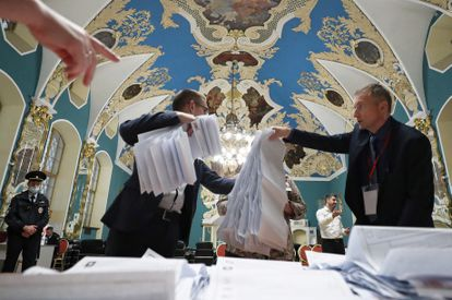 Miembros de la Comisión Electoral cuentan votos en un centro de votación en la estación de tren de Kazán, en Moscú, este domingo.