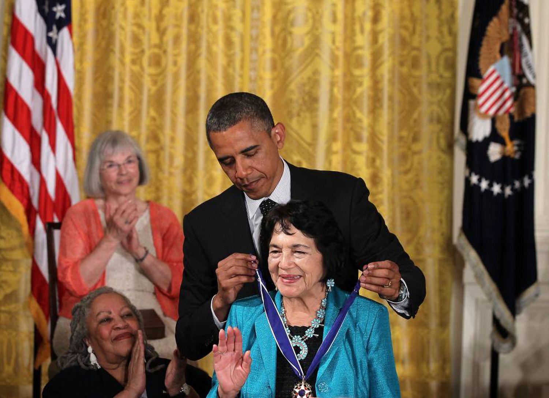 Obama coloca a Dolores Huerta la medalla de la Libertad en 2012.