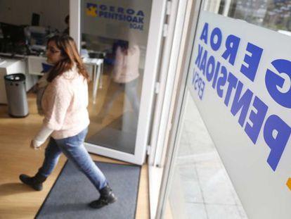 Una mujer entra en las oficinas de Geroa Pentsioak en San Sebastián.