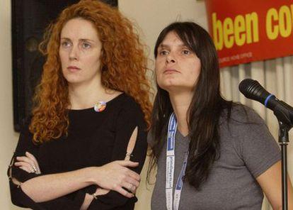 La exdirectora ejecutiva de News International, Rebekah Brooks (a la izquierda) en 2002 al lado de Sara Payne, la madre de Sarah, una niña de ocho años asesinada por un pedófilo