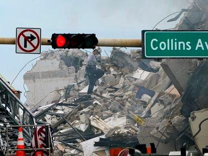 Un rescatista remueve escombros del edificio de apartamentos colapsado en Miami en busca de supervivientes.