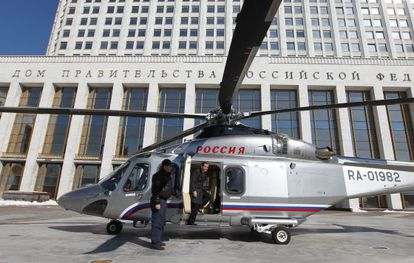 El primer ministro Medvedev llega a la sede del Gobierno este miércoles.