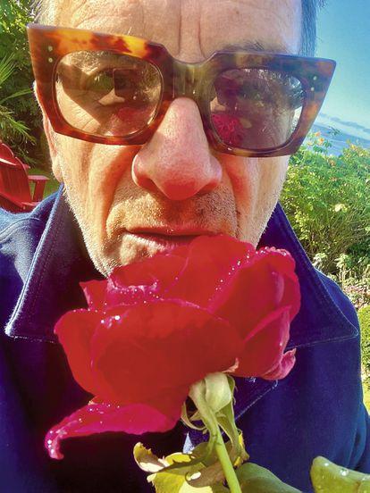 A Elvis Costello le salen bien hasta los selfis, como se demuestran en este que ha querido compartir con ICON.