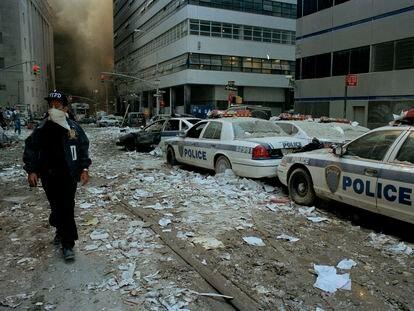Los policías caminaban entre los escombros tras el derrumbe de las Torres Gemelas, el 11 de septiembre de 2001.