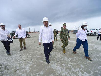 Andrés Manuel López Obrador en compañía de Adán Augusto López, gobernador de Tabasco; Rocío Nahle, secretaria de Energía, y Octavio Romero Oropeza, titular de Pemex, en 2020.
