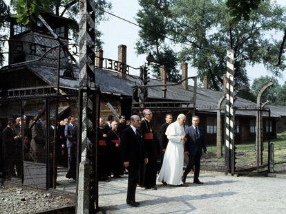 El papa Juan Pablo II atraviesa las puertas de Auschwitz el 6 de julio de 1979 para ver la celda en la que murió el sacerdote Maximilian Kolbe, que se sacrificó por otro hombre.