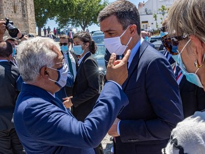 El presidente del Gobierno, Pedro Sánchez (derecha), conversa con el primer ministro de Portugal, António Costa (izquierda), durante su paseo por la Alcazaba de Badajoz (Extremadura) el 1 de julio de 2020.