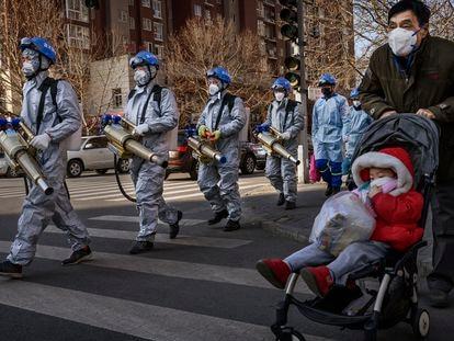 Voluntarios chinos con equipos de desinfección en Pekín, China, el pasado 5 de marzo.