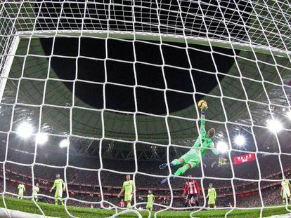 Ter Stegen para un disparo de Susaeta. En vídeo, declaraciones de Valverde, entrenador del Barça, y de Garitano, técnico del Athletic, en rueda de prensa después del partido.