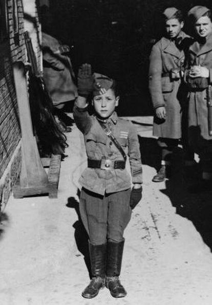 Un niño efectúa el saludo fascista.