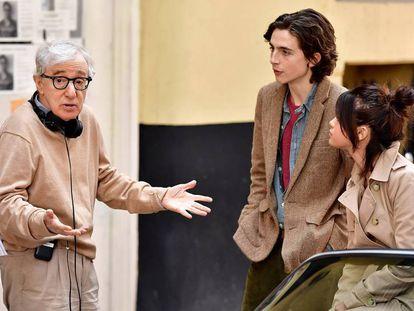 Woody Allen charla con Timothée Chalamet y Selena Gomez en septiembre pasado, en el rodaje de 'A Rainy Day in New York'. En vídeo, declaraciones de Dylan Farrow, hija adoptiva de Woody Allen.