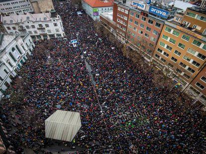 Una multitud en las calles de Bratislava en una manifestación bajo el lema 'Defendamos una Eslovaquia decente'.