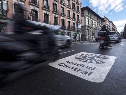 Logotipo de Madrid Central en la calle Mayor.