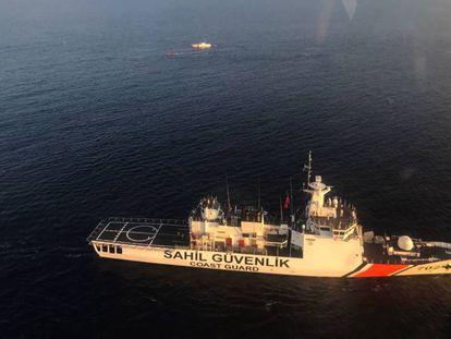 Un barco busca supervivientes del naufragio del domingo.
