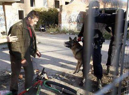 Dos policías hablan con uno de los inmigrantes que vivían hasta ayer en la cárcel de Carabanchel.