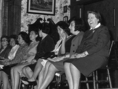 De derecha a izquierda, Gloria Fuertes, Acacia Uceta, Sagrario Torres, Elena Andrés, Adelaida Las Santas, Marisa Chicote, Francisca Ossando y Concha de Marco, en la tertulia Versos con faldas.