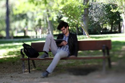 Un lector en el madrileño parque del Retiro.