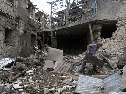 Un hombre recoge los escombros en su casa en Stepanakert, en el Alto Karabaj.