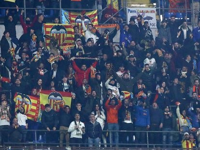 Aficionados valencianistas, durante el partido Atalanta-Valencia, jugado el 19 de febrero en Milán.