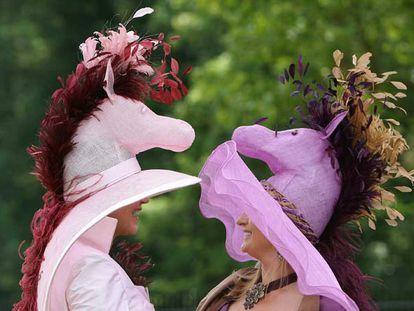 En el hipódromo de Ascot ayer se vieron todo tipo de sombreros y tocados. Las plumas fueron las protagonistas de la jornada y también el color rosa en todas sus variedades y formas. Hubo quien incluso se atrevió a colocarse unos dardos en la cabeza. Los hombres, como marca la tradición, se ciñeron al chaqué gris, propio de este tipo de citas.