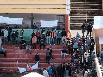 Inmigrantes irregulares acogidos en un colegio de Las Palmas de Gran Canaria.