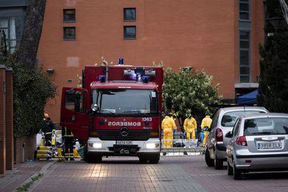 Un equipo de bomberos desinfecta en la residencia de mayores Monte Hermoso, de Madrid, el viernes.