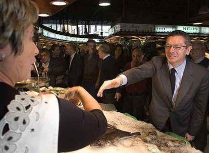 Alberto Ruiz-Gallardón en una visita al mercado de La Boqueria, en Barcelona, en octubre de 2007.
