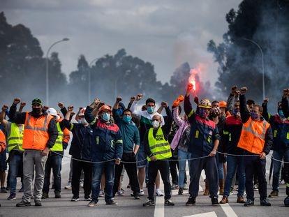 Concentración de trabajadores de Alcoa el 25 de septiembre a la entrada de la planta de la compañía en Cervo (Lugo).