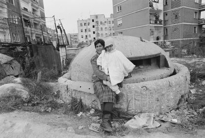 Una mujer posa con su hija junto a un búnker en 1997.