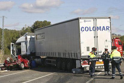 El turismo que ocupaban las dos madres y sus hijos quedó empotrado en el camión.