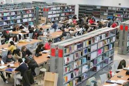 Alumnos en la biblioteca de la Universidad Pablo de Olavide de Sevilla.