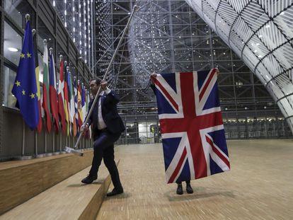 Momento de la retirada de la bandera de Reino Unido del interior del Consejo Europeo en Bruselas.