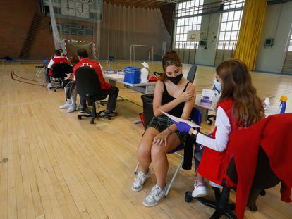 Primer día de vacunación  del colectivo univeristario en el Campus de la Complutense.