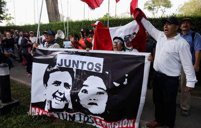 Una protesta fuera de la embajada de Uruguay en Perú.