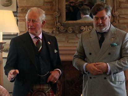 El príncipe Carlos y Michael Fawcett, durante una visita al castillo de Mey.
