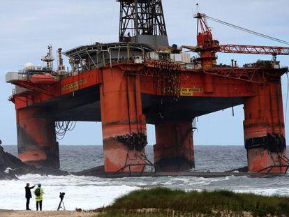 La plataforma petrolífera encallada en la playa de Dalmare, en la costa escocesa.
