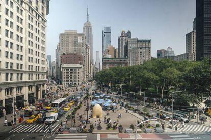 La escultura 'Link' de Jorge Palacios en el cruce de la calle 23 con Broadway, en pleno corazón de Manhattan.