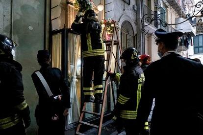 Los bomberos retiran la capilla del joven delincuente fallecido Emanuele Sibillo