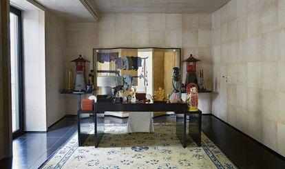 Estancia con varios elementos de inspiración oriental. Biombo en pan de oro, lámpara Hyades, hecha a mano en cristal de Murano, de Armani/Casa, y antigua alfombra de origen japonés.