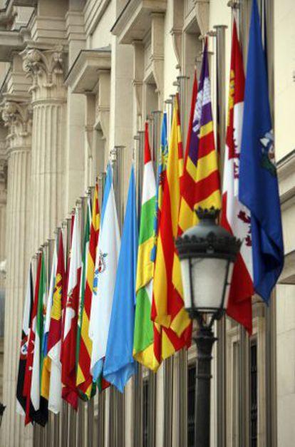 Fachada del Senado con las banderas autonómicas.