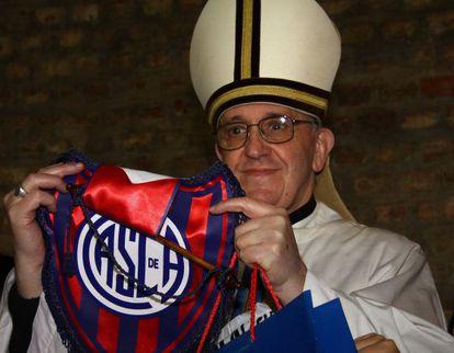 Jorge Mario Bergoglio, con un banderín de San Lorenzo