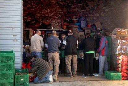 Voluntarios de Cáritas preparan lotes de alimentos para los afectados.