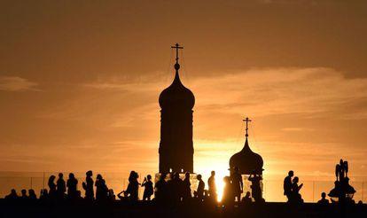 Gente camina por el centro de Moscú durante la puesta de sol, esta semana