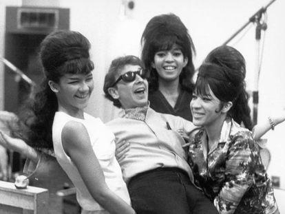 El productor Phil Spector, con las Ronettes en 1963.