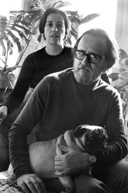 José Donoso, con su esposa, Pilar, y su perro, en su casa de Vallvidrera en 1970.