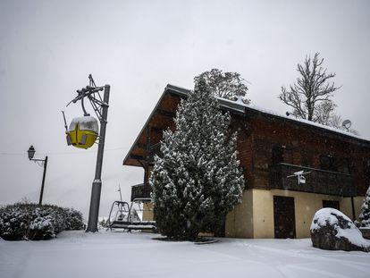 Francia ha decidido mantener cerradas las estaciones de esquí -los remontes no pueden funcionar- para combatir el coronavirus. En la imagen, la estación de La Chapelle-d'Abondance, a pocos kilómetros de Suiza.